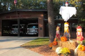 Сезонные декорации пожарной части. Хэллоуин.