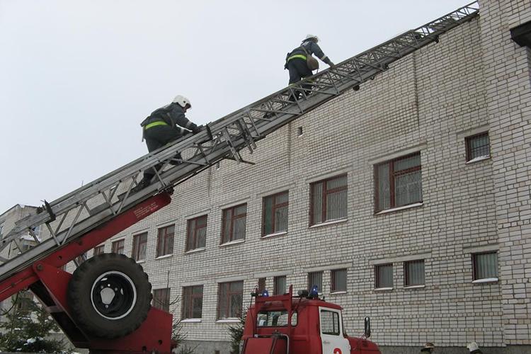 Пожарная автолестница на пожаре