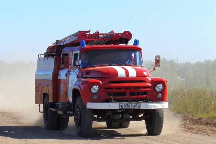 Пожарный автомобиль ЗИЛ 130 на пожаре