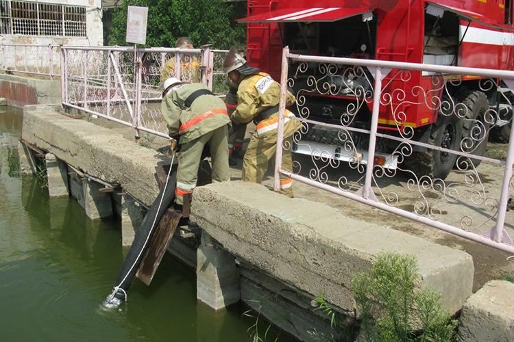 Забор воды пожарной машиной из открытого водоема