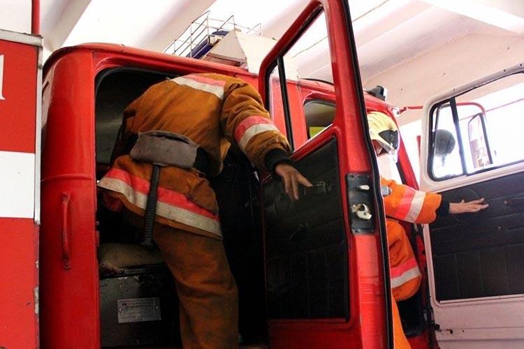 Пожарная машина готовится к выезду