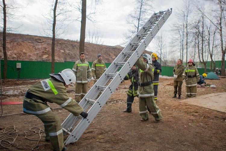 Выдвижная трехколенная лестница при пожаре