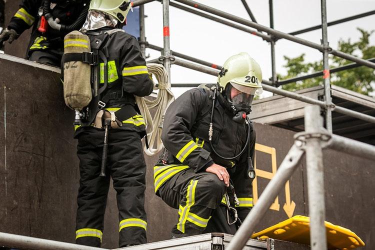 Пожарные в боевой одежде